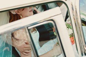 bride-wedding-car